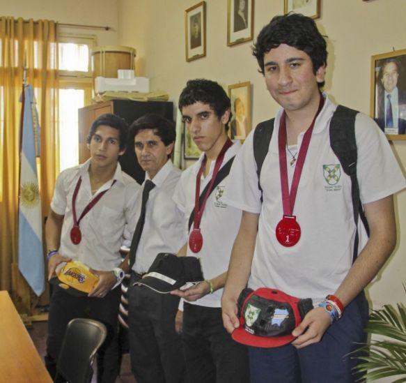 Premiaron a alumnos que inventaron gorro con sensores para no videntes