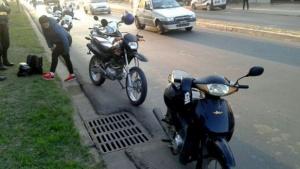 Se le paró la moto, otra frenó y una tercera los terminó chocando