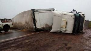 Un camión volcó y cortó por 12 horas el tránsito en la Ruta 14