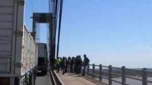 Un colectivo se quedó en el puente y ocasionó leves demoras