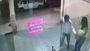 Delincuente arrebató la cartera a una mujer y quedó grabado