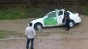Bº Unión: móvil policial cayó en una zanja en medio de la tormenta