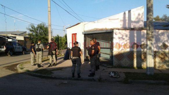 Fuerte disputa a tiros y acusaciones cruzadas entre dos familias dejó un policía herido