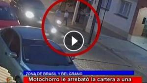 Motochorro atacó a una mujer en pleno centro y todo quedó filmado