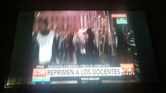 El gremio AMET repudió la represión a docentes en la plaza de los Dos Congresos