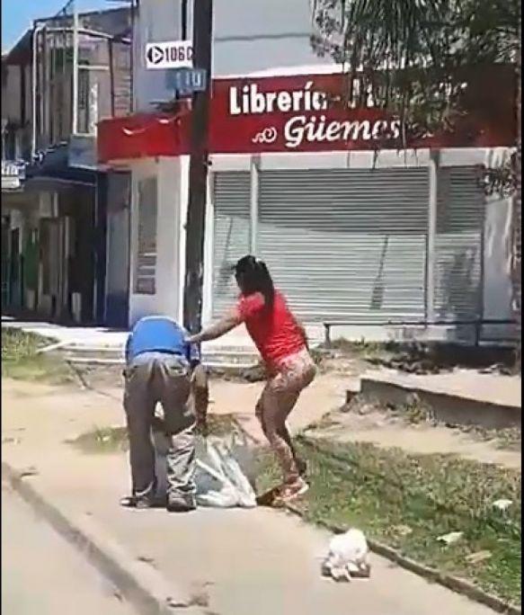 Repudiable ataque de una mujer a su pareja en plena vía pública