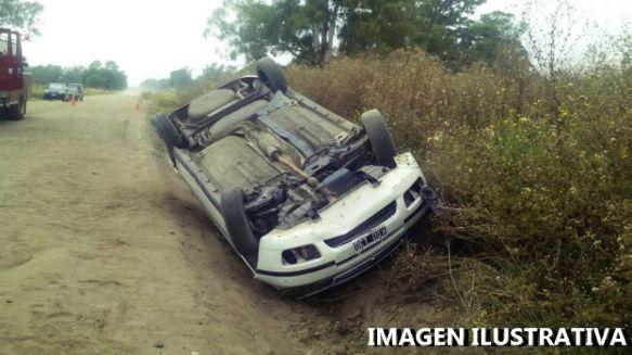 Despiste y vuelco de un automóvil dejó dos heridos grave