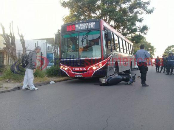 Motociclista herido tras quedar en medio de un camión y un colectivo