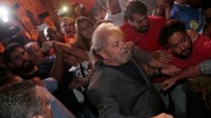 En medio de forcejeos, Lula Da Silva se entregó a la Justicia