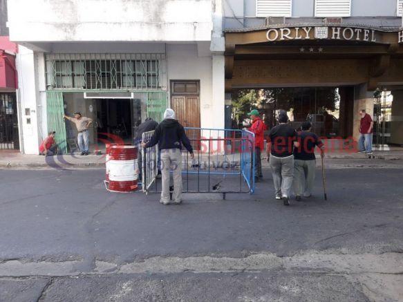 Se hundió parte del pavimento sobre San Juan y Agustín González