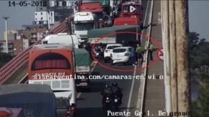Un auto chocó a otro y ocasionó un caos vehicular en el Puente