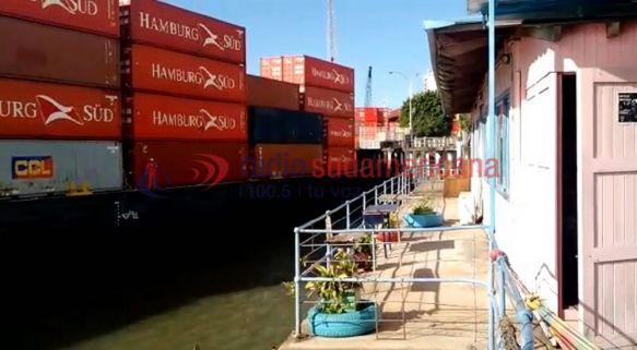 Barcaza chocó contra el muelle del puerto y debieron desalojar el lugar