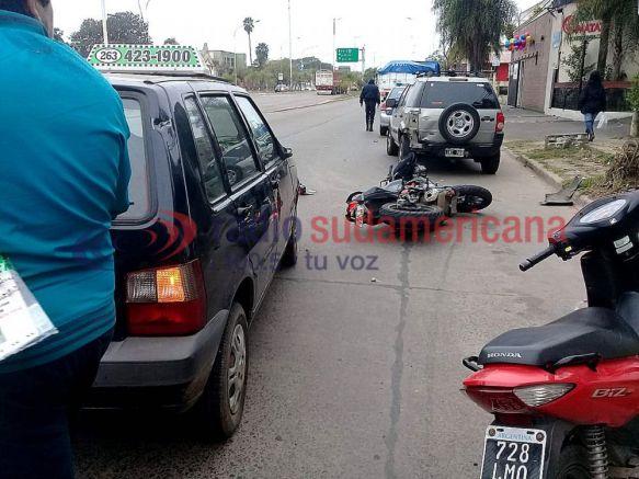 Intentó sobrepasar por la derecha y chocó contra un auto estacionado