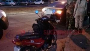 Roce entre un auto y una moto dejó una mujer lesionada