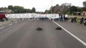 Ambientalistas cortan el tránsito en el acceso a San Cayetano