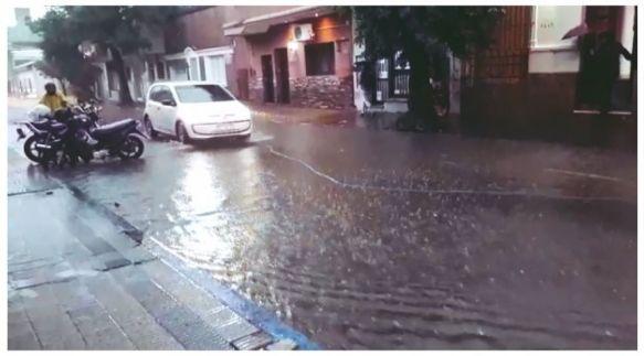 Capital: Cayeron 70 milímetros de agua y continúa el alerta