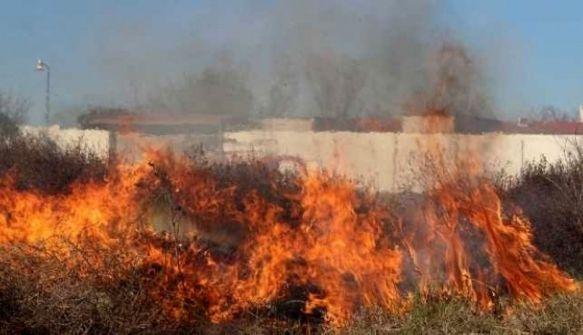 Quemaba pastizales, quedó en medio de las llamas y está grave